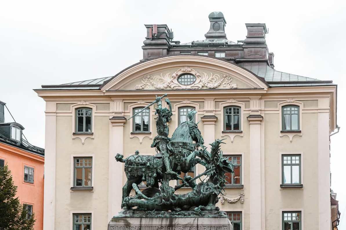 """Bronzereplik der Statue """"St. Georg und der Drache"""" in der Altstadt von Stockholm"""
