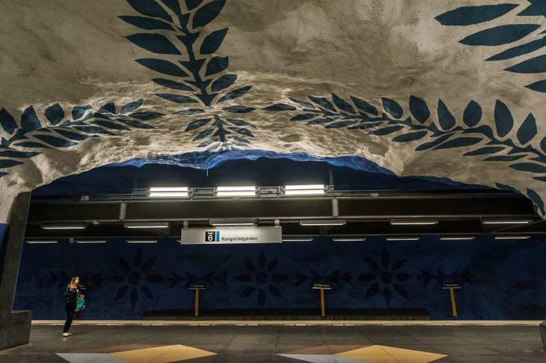 Haltestelle Centralen mit griechisch-anmutendem blau-weiß Muster - stilisierte Olivenzweige in blau an der weißen Decke, blauer Hintergrund