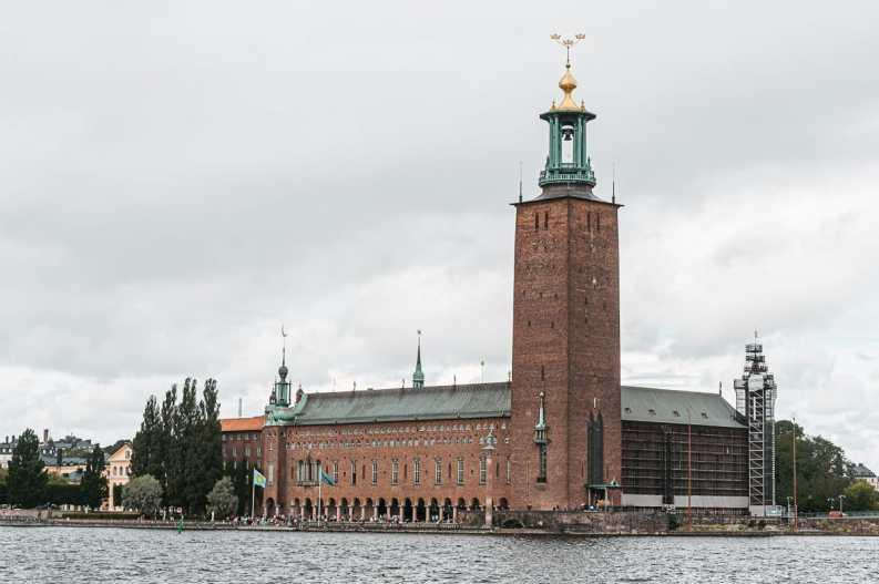 Stockholms stadshus - Rathaus von Stockholm aus rotem Backstein mit Turm wie ein Leuchtturm