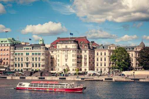 Boot eines Anbieters auf dem Wasser mit Stockholm im Hintergrund