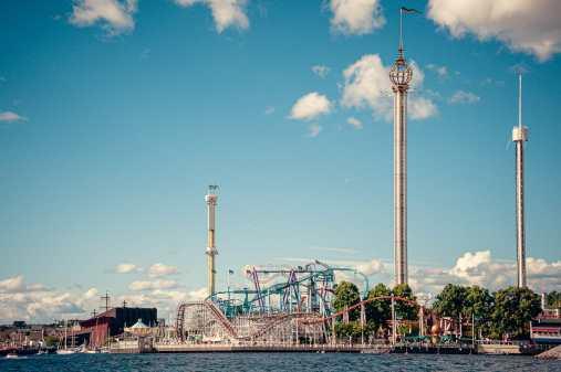 Freizeitpark Gröna Lund mit seinen Fahrgeschäften vom Boot aus