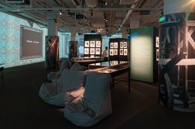 Sitzecke und Fotos in der Greta-Garbo-Ausstellung, Fotografiska, 2016