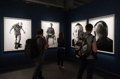 """Beeindruckende großes Schwarz-Weiß-Fotos aus der Reihe """"Wounded"""" von Bryan Adams, Fotografiska Museum in Stockholm, 2016"""