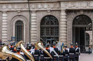 Wachwechsel mit Musikkorps in historischer Uniform