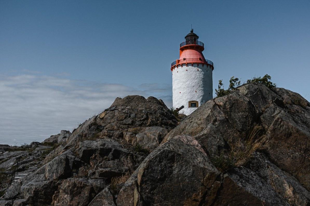 Leuchtturm Landsorts fyr - weißer Leuchtturm mit roter Spitze am Ende der Insel.