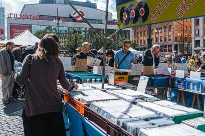 Trödelmarkt zwischen Konzerthaus und Haymarket Hotel - Plattenkisten und Interessierte.