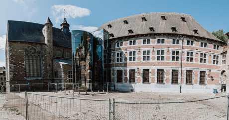 Musée de la vie wallonne, von außen mit einem gläsernen Anbau