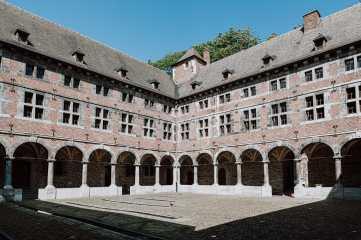 Blick in den Innenhof des Musée de la vie wallonne - Kreuzgang des alten Klosters