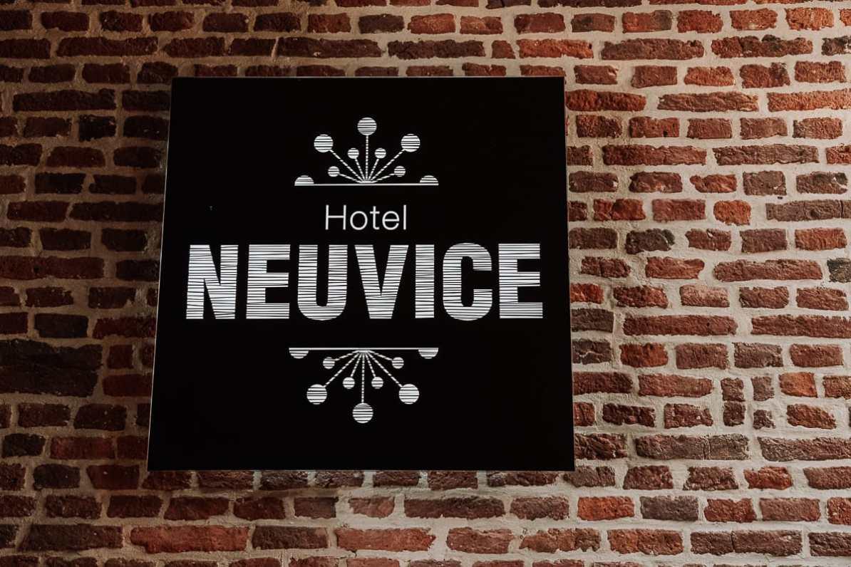 Schild an einer Backsteinmauer vom Hotel Neuvice, En Neuvice, Lüttich.