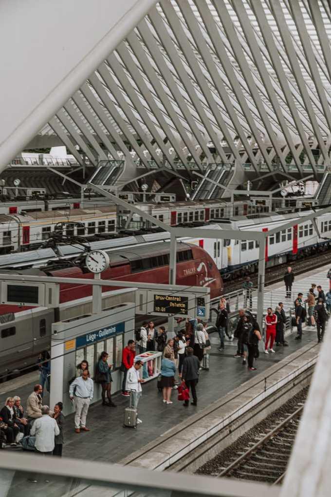 Aus dem Bahnhof fahrender Thalys - Blick von oben auf Gleise und Plattform
