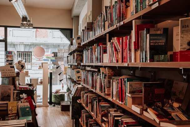 Innerhalb von Toutes Directions in Lüttich, Bücherregal voller Reisebücher.