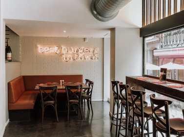 """Ecke im Restaurant mit Leuchtschrift """"Best Burger in Town"""""""