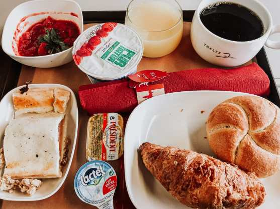 Frühstück im Thalys mit Kaffee, Joghurt, Croissant, Saft.
