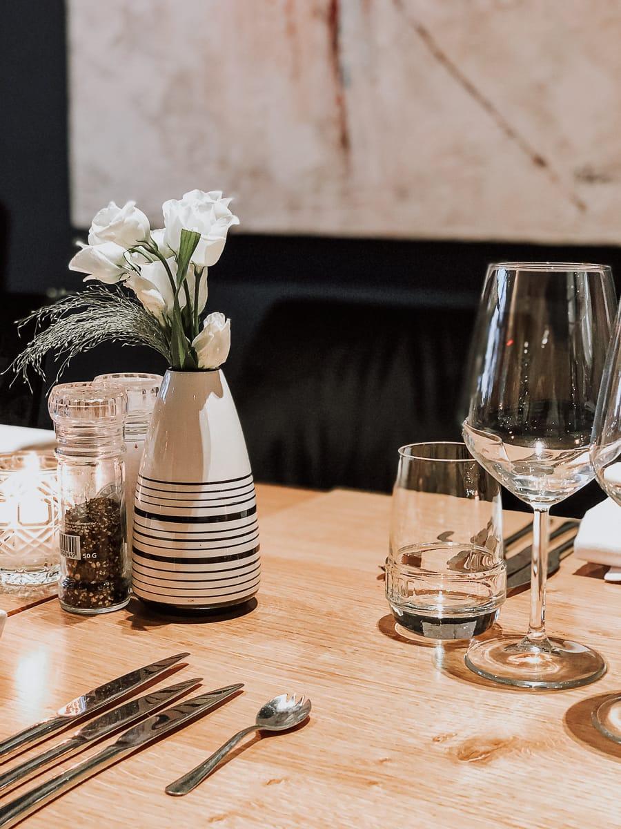 Tischdekoration -Weingläser, Vase, Besteck, Wasserglas im Terra, Terrae