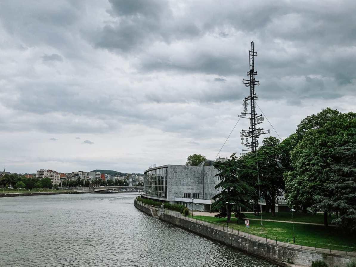 Der kybernetische Turm von Lüttich, davor die Maas, Blick von der Fußgängerbrücke Passerelle La Belle-Liégeoise