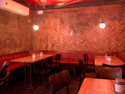 Sitzbereich im oberen hinteren Bereich von Otto's Burger Schanze.