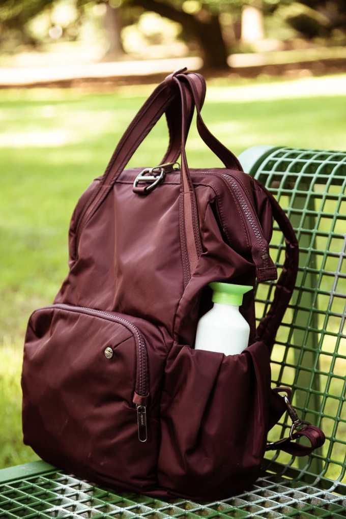 Im Citysafe CX ist Platz für Wasserflasche und Kaffeebecher.