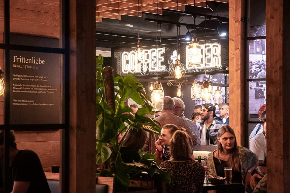 Coffee and Beer - die neue Kaffee- und Biertheke im Obergeschoss, völlig neu im Frittenwerk Hamburg.