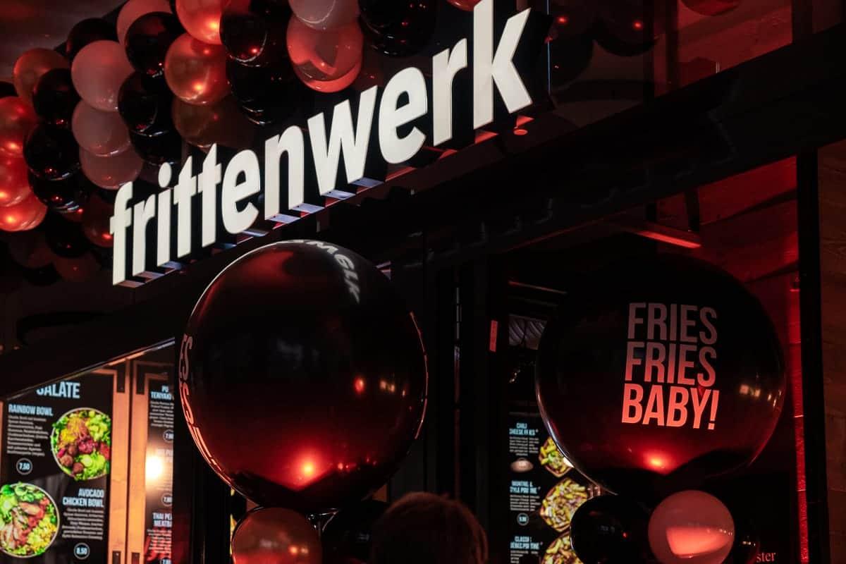Eingang zum Frittenwerk Hamburg - geschmückt mit Ballons für die Eröffnung.