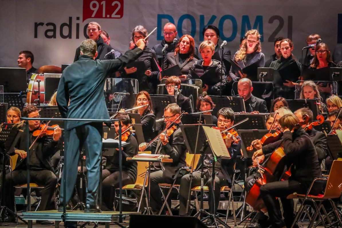 Gabriel Feltz vor den Dortmunder Philharmonikern sowie dem Opernchor des Theaters Dortmund, Foto: Jan Heinze/Stephan Schütze