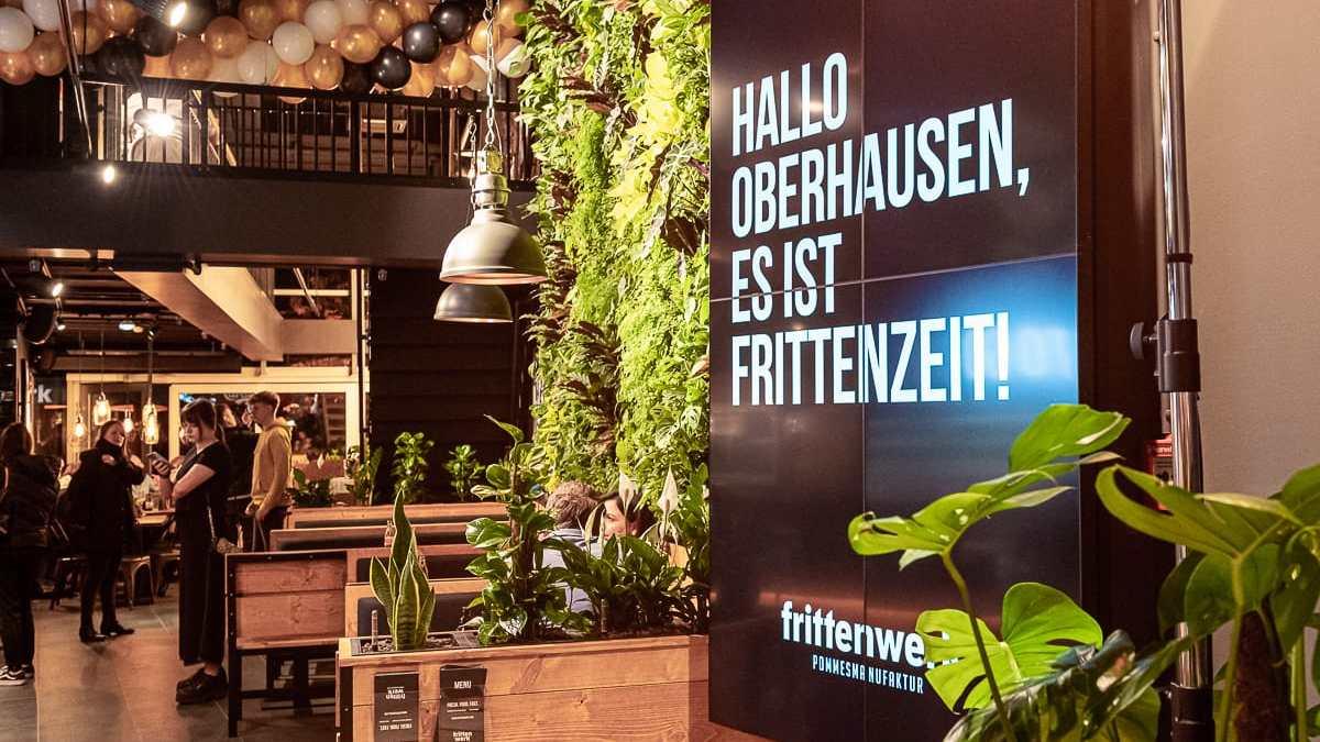 Frittenwerk Oberhausen - Oberhausen es ist Frittenzeit auf Monitor am Eingang der Filiale.