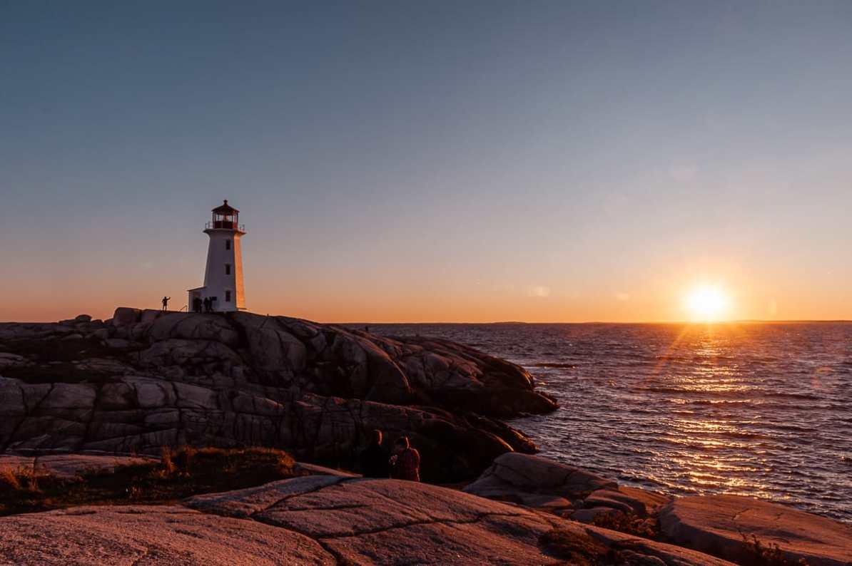 Leuchtturm von Peggy's Cove an der Atlantikküste von Nova Scotia bei Sonnenuntergang