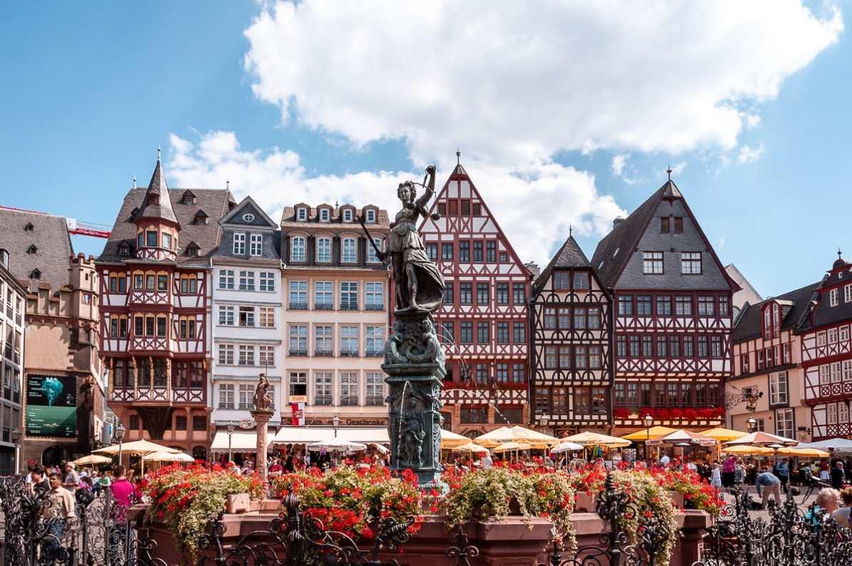 Frankfurter Römer - Brunnen mit Blumen im Vordergrund, Fachwerkhäuser im Hintergrund