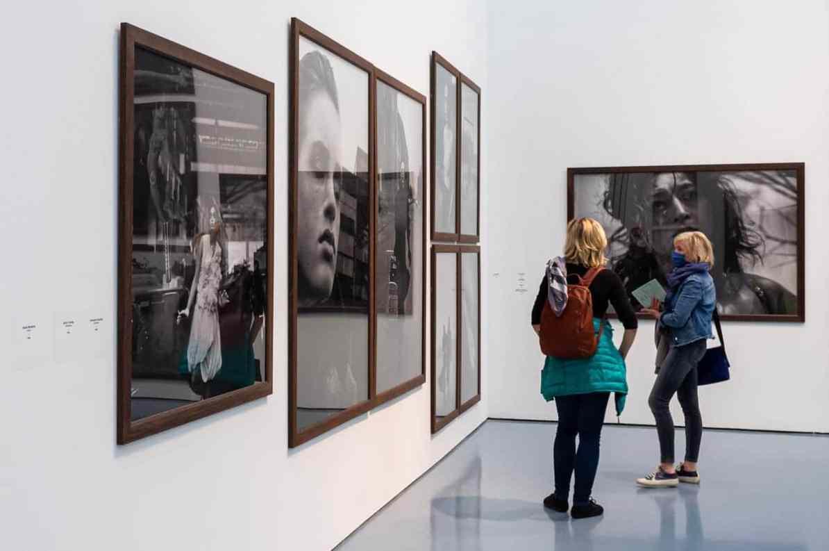 Spiegelungen der gerahmten Fotos, untypisch, aber gewollt von Peter Lindbergh.