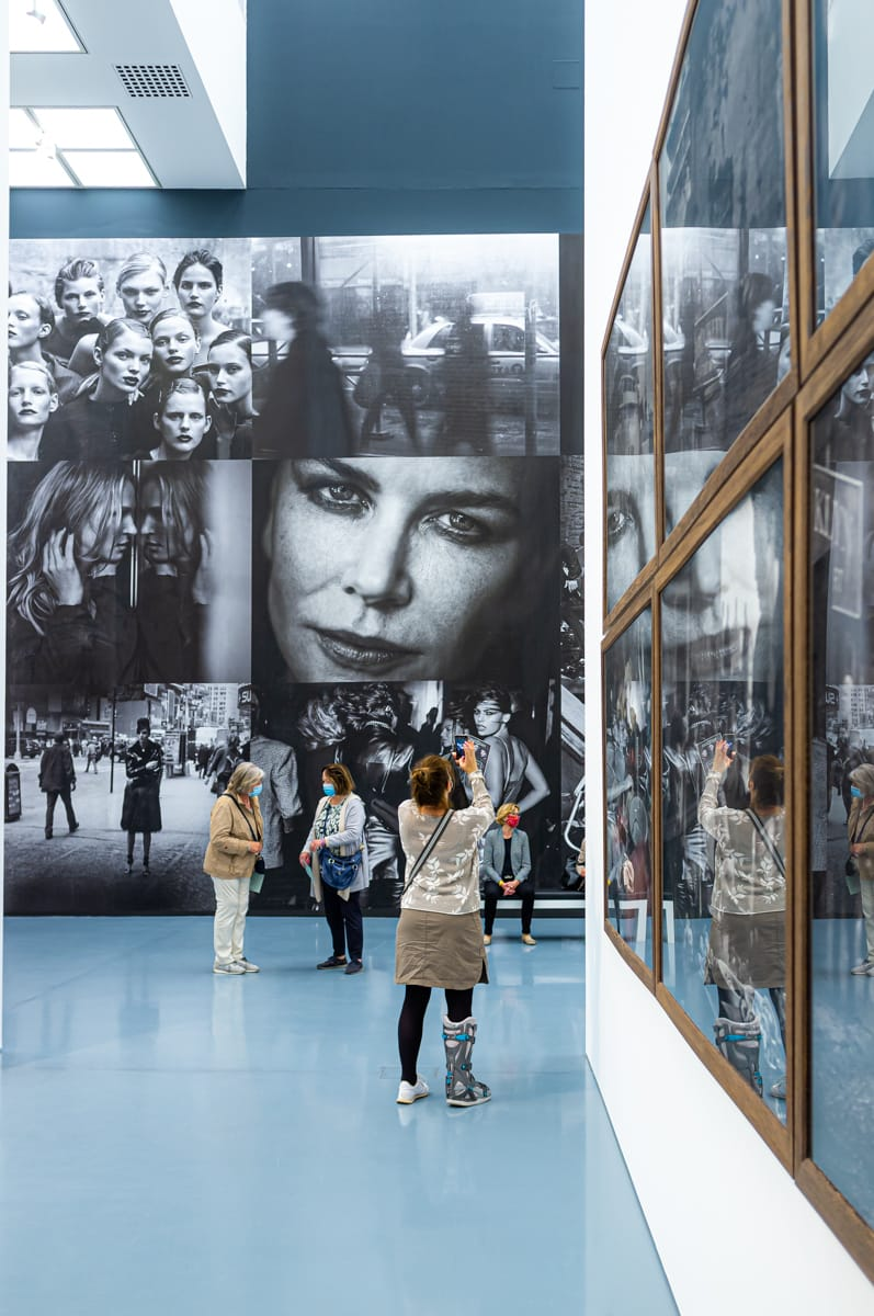 Die zweite Fototapete der Peter-Lindbergh-Ausstellung mit dem Foto von Nicole Kidman im Zentrum, das einen gefangen nimmt.