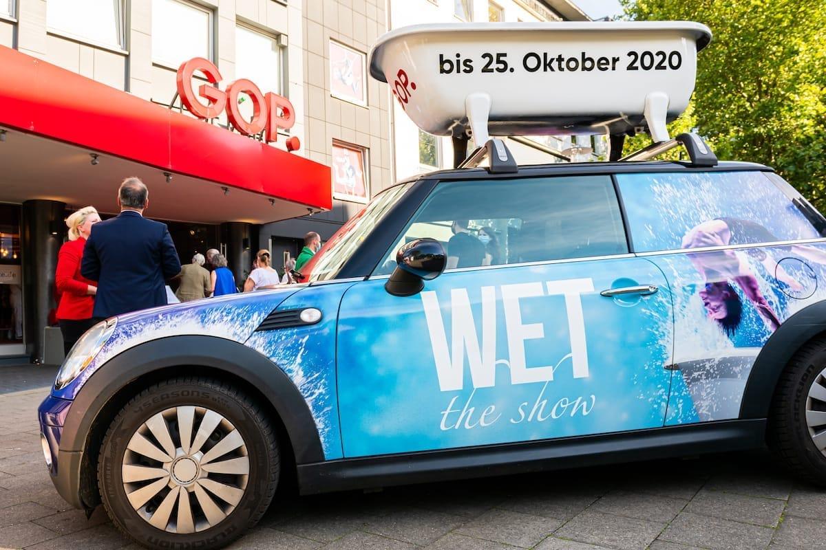 Mini mit Badewanne auf Dach und mit Lackierung zu WET - the show im GOP Essen bis 25. Oktober 2020.