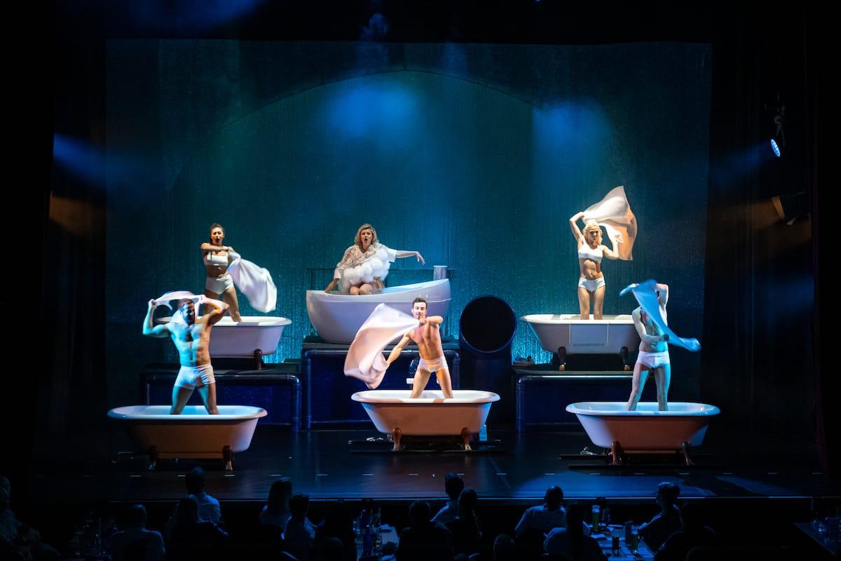 """Die Operndiva von """"WET - the show"""" umringt von Artisten."""