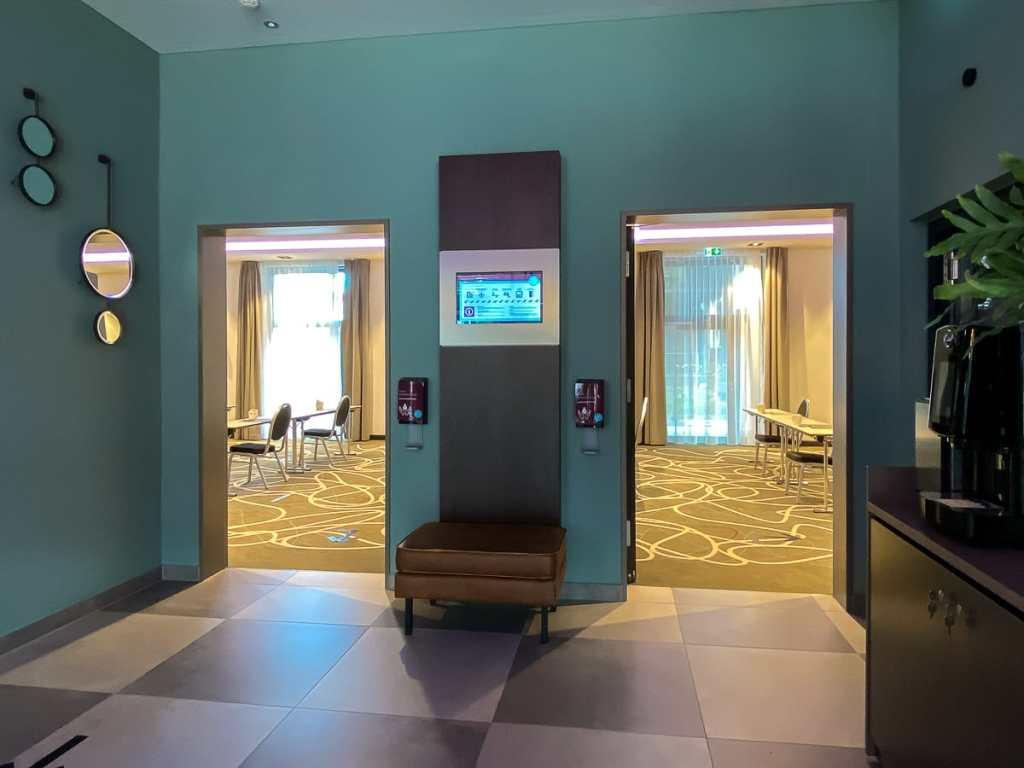 Direkt neben der Rezeption geht es zu zwei Konferenzräumen.