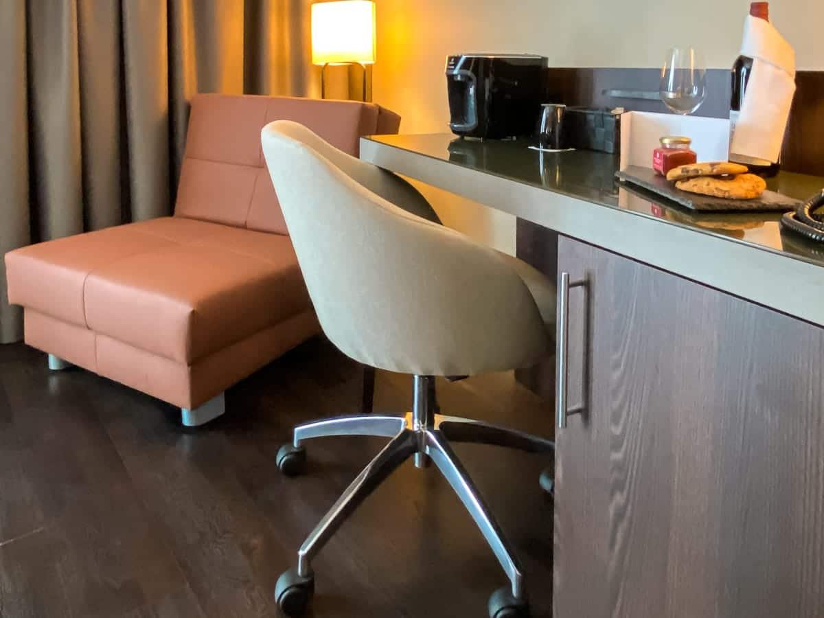 Sitzecke und Arbeitsbereich im Deluxe Trippel Zimmer des Leonardo Dortmund Hotels.