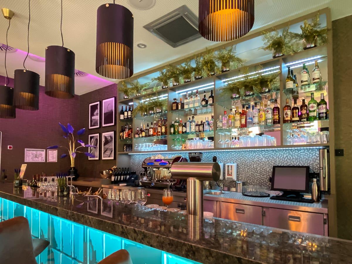 Theke der Bar im Leonardo Dortmund Hotel