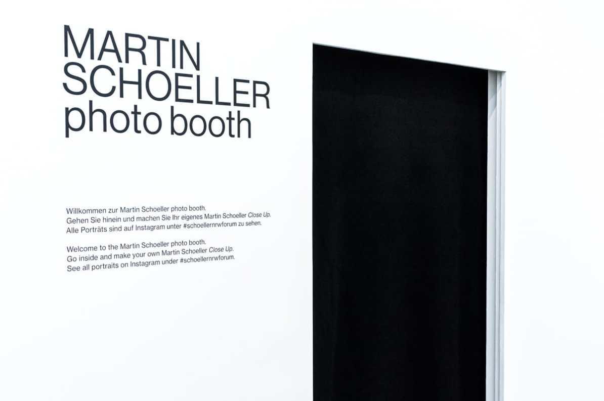 Eingang zu Martin Schoellers photo booth im NRW-Forum.