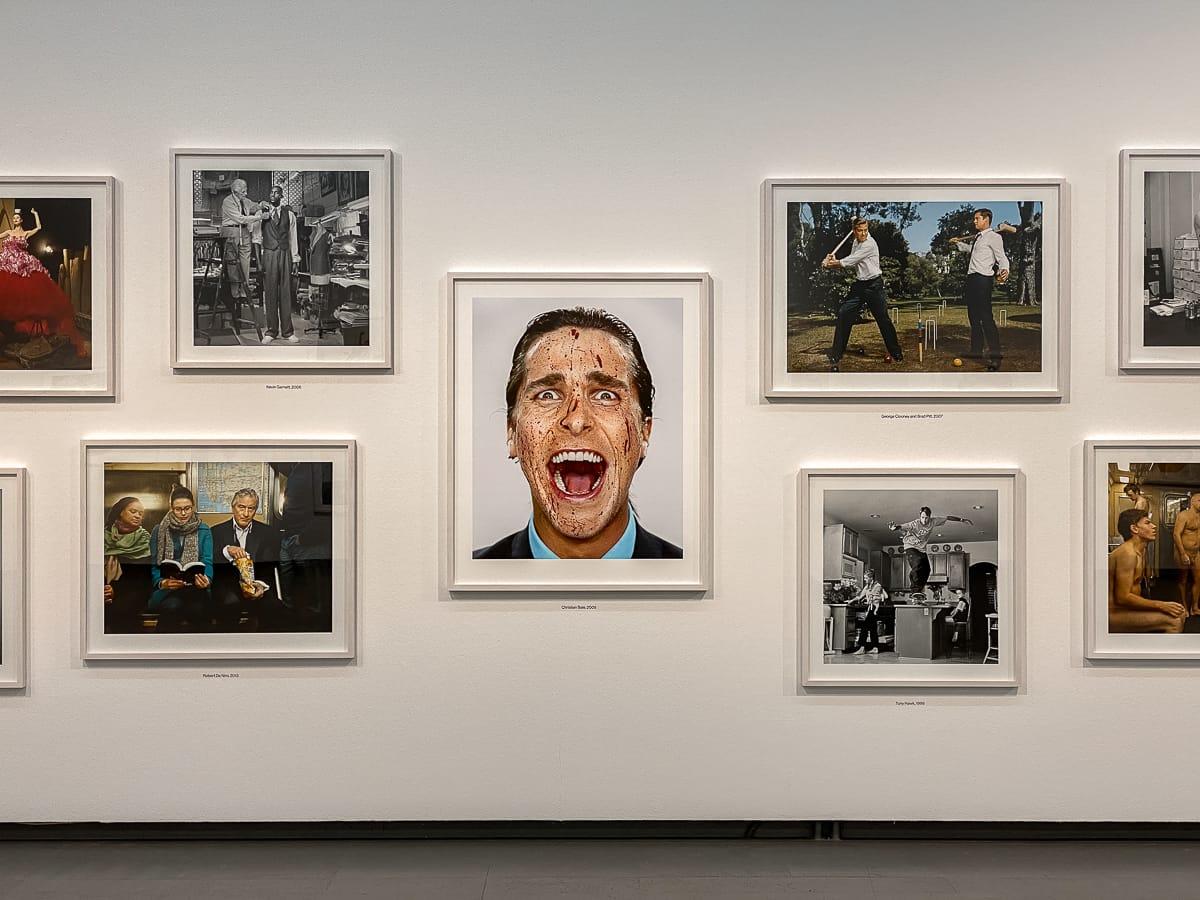 Christian Bale im Zentrum der Wandhängung, blutverschmiert, aus der Serie Portraits.