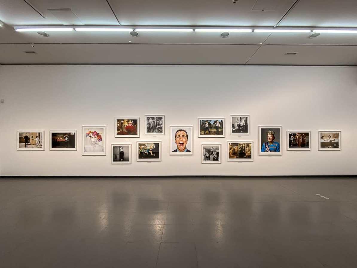 Serie Portraits von Martin Schoeller im NRW-Forum - Übersicht einer Wand.