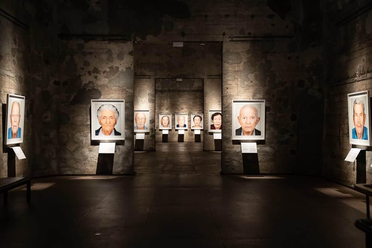 Survivors - Blick vom Eingangsbereich in die Ausstellung von Martin Schoeller in Essen.