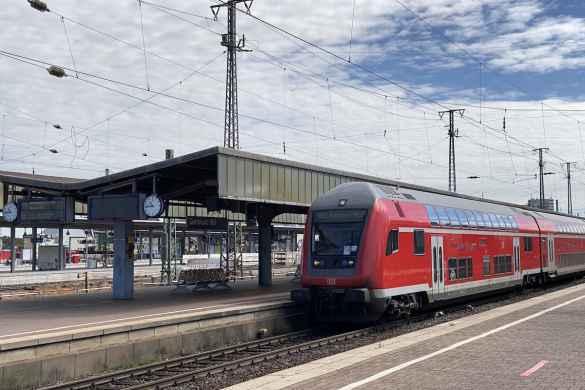 Regionalzug (RE1) in Richtung Aachen am Dortmunder Bahnhof.