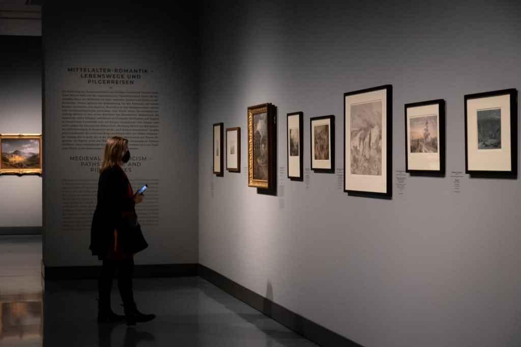Blick in Teil VII der Ausstellung Caspar David Friedrich & die Düsseldorfer Romantiker: Mittelalter-Romantik - Lebenswege und Pilgerreisen