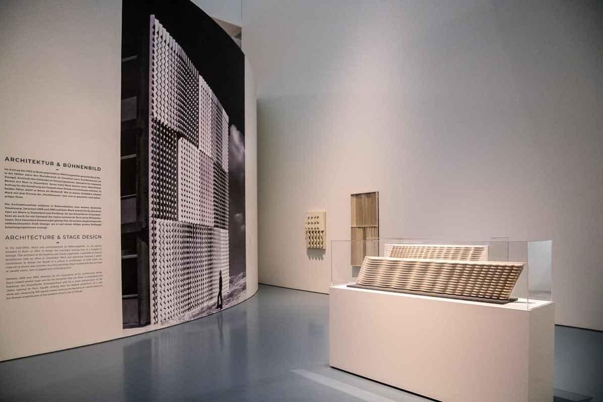 Sahara-Relief (Foto) auf eine Zwischenwand aufgezogen (links), rechts Modelle für die Fassade der Mathildenhofschule Leverkusen, vorne: Modell der Wassermauer (Holz)