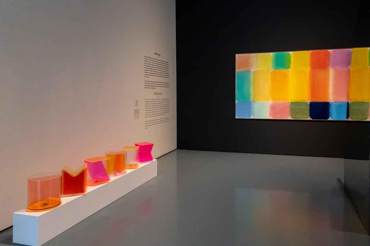 Links an der Wand: Farb-Rotation - sich bewegende/rotierende Acrylglasformen in pink/orange, rechts: Gemälde Ikonostasis für Lichtfarben (Chromatische Konstellation) von Heinz Mack