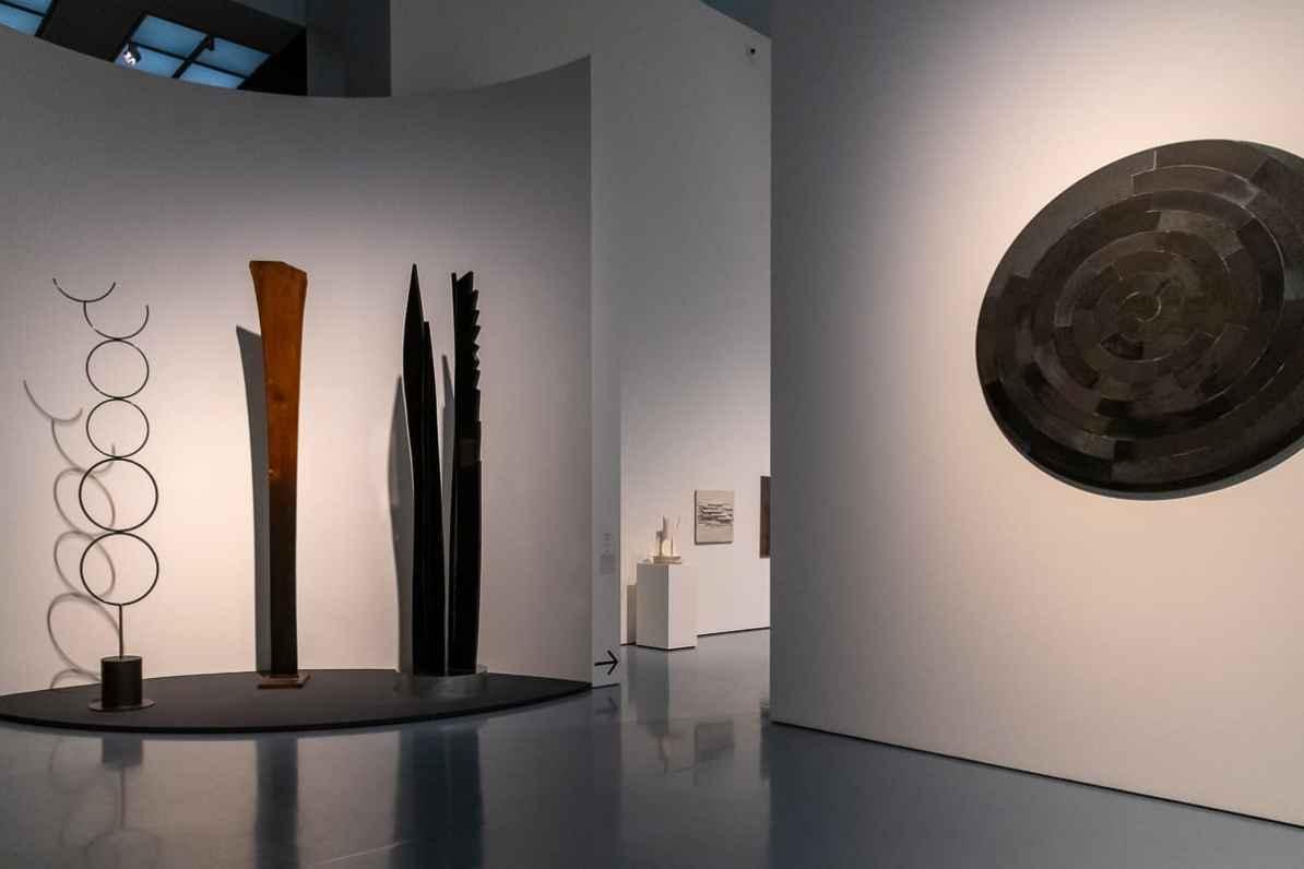 Heinz Mack Ausstellung Kunstpalast Düsseldorf - Skulpturen von links nach rechts: Die Artistin, Edelstahl, poliert - Totem, Holz - Das hohe Gras, Holz - Black Rotation, Acryl auf Holz