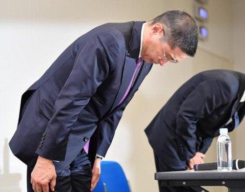 検査不正での会見で謝罪する西川社長(当時)