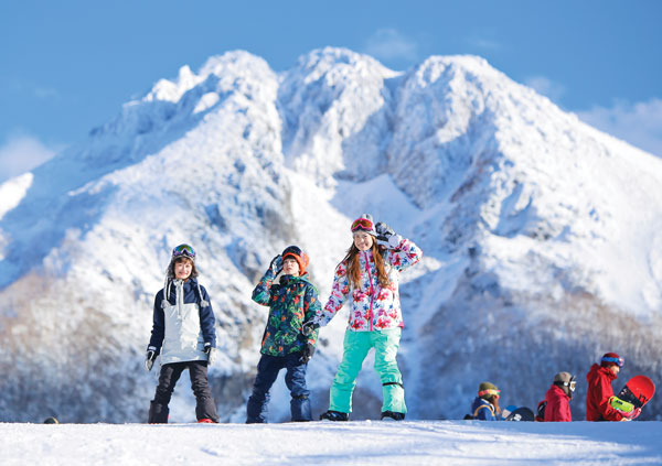Snowboarders at White World Oze-Iwakura in Gunma