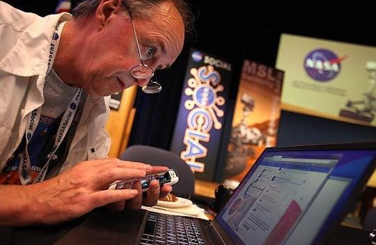 Brad Snowder synchronizing social network accounts. Photo by Brian van der Brug, LA Times 8/3/2012.