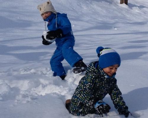 happy-women-in-the-mountains-femmes-montagne-randonnée-ski-skieuse-raquette-balade-informations-guide-essais-enfants-boule-de-neige-famille