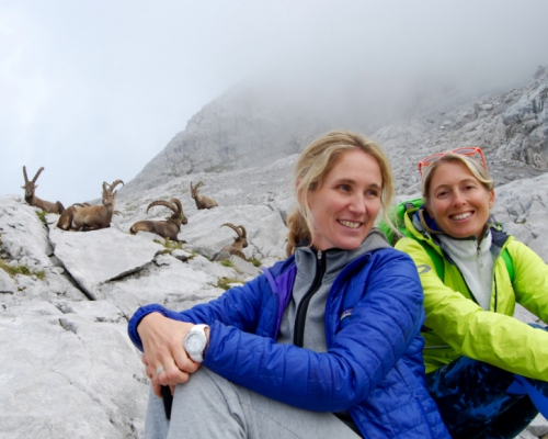 happy-women-in-the-mountains-femmes-montagne-randonnée-ski-skieuse-raquette-balade-informations-guide-essais-bouquetins-groupe-femme