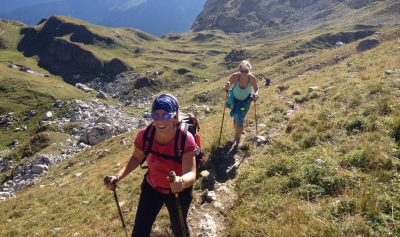 happy-women-mountains-femmes-montagne-balade-snowflike-day