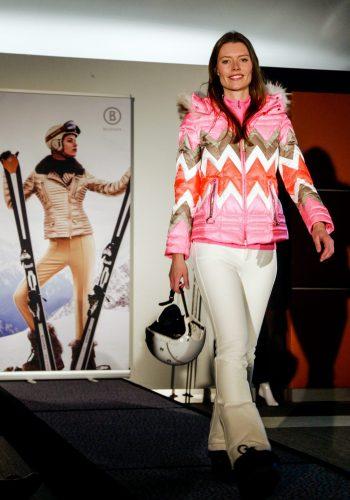 happy-women-mountains-montages-femmes-ski-equipement-textile